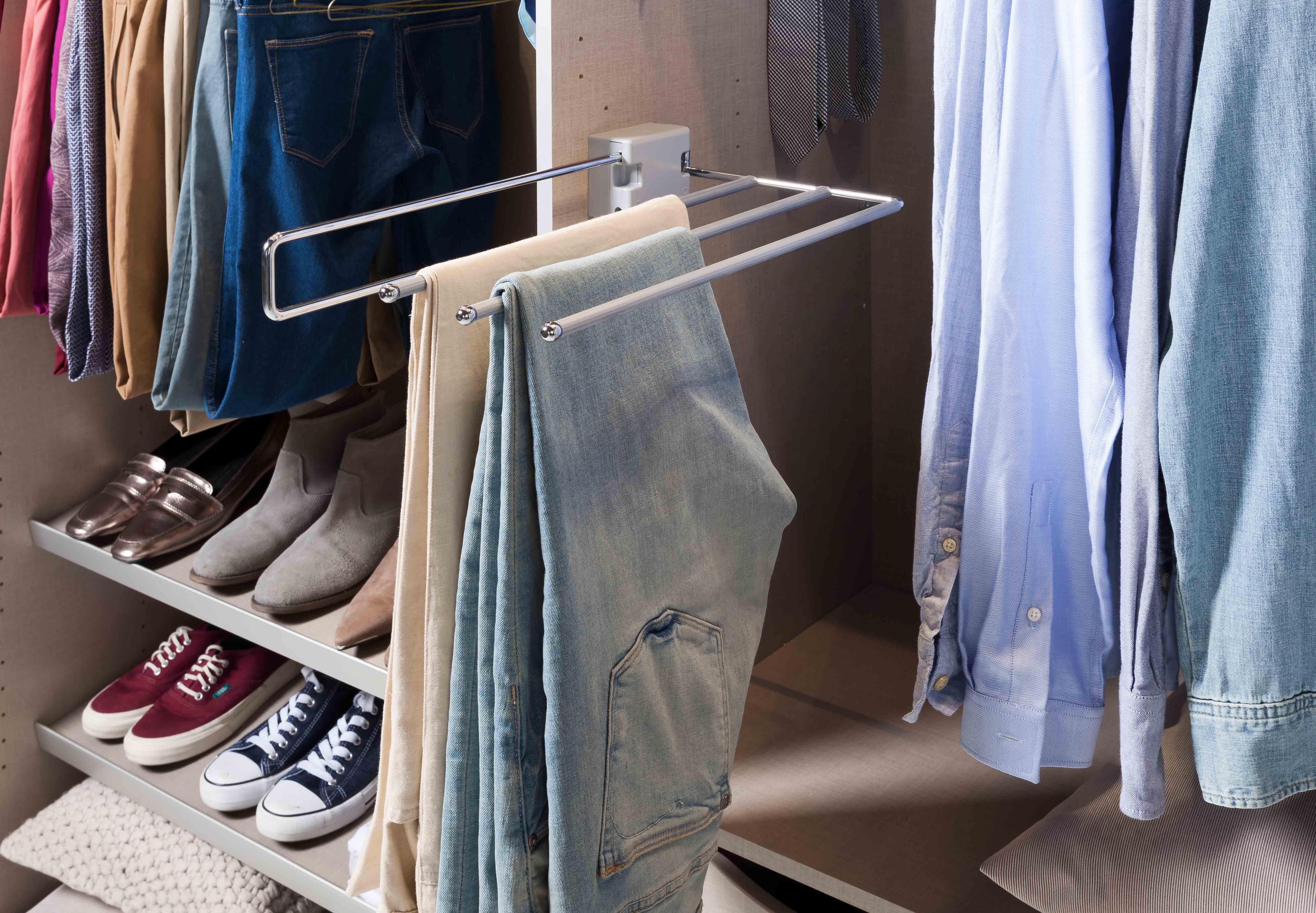 Kleiderschrankauszug bei Möbel Schaumann