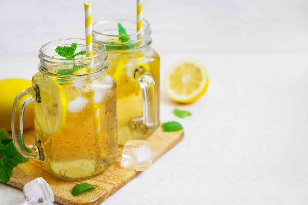 Zitronen Eistee mit Minze und Strohhalm
